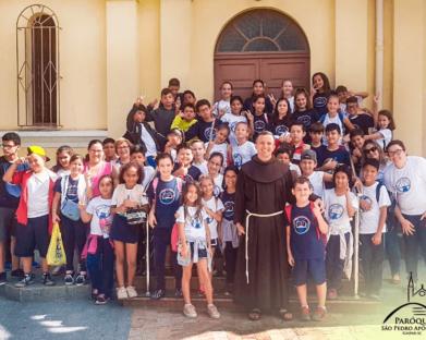 Alunos da escola Profª Angélica de Souza Costa visitam a igreja Matriz