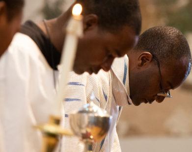 Por que os católicos inclinam a cabeça ao nome de Jesus