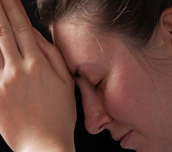 Por que juntamos as mãos para rezar?